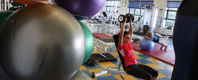 Žena s činkami ve fitcentru